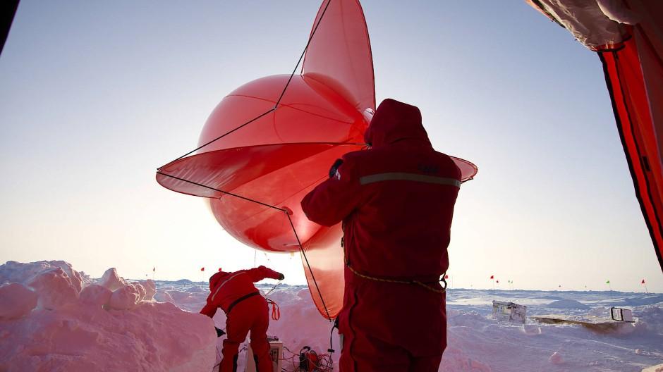 """Um die Qualität und die Temperatur der Luft im arktische Eis zu messen verwendeten  die Forscher der Polarstern den Ballon """"Miss Piggy""""."""