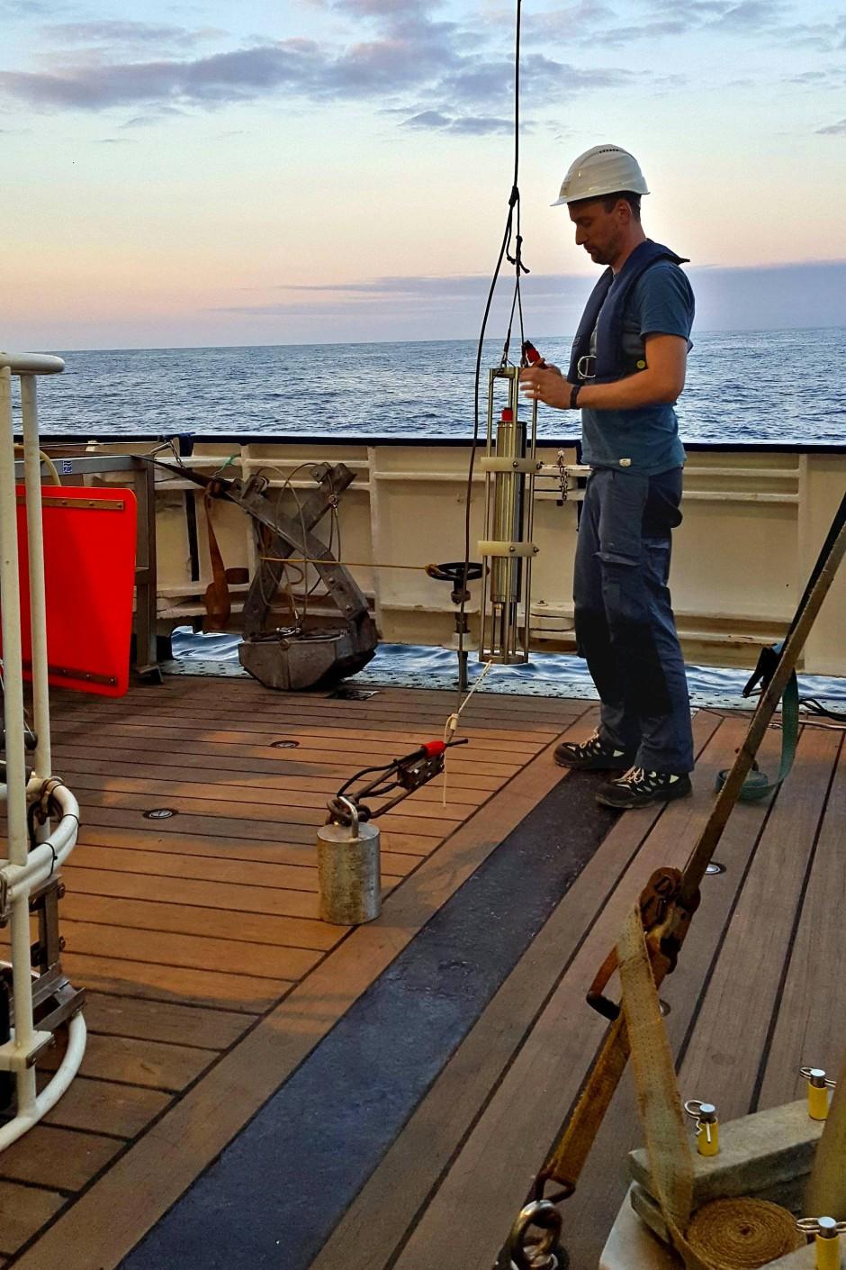An Bord des Forschungsschiff Heincke bereitet Knut Krämer eine Wasserschallsonde für die Vermessung des Meeresbodens mit dem Fächerecholot vor.