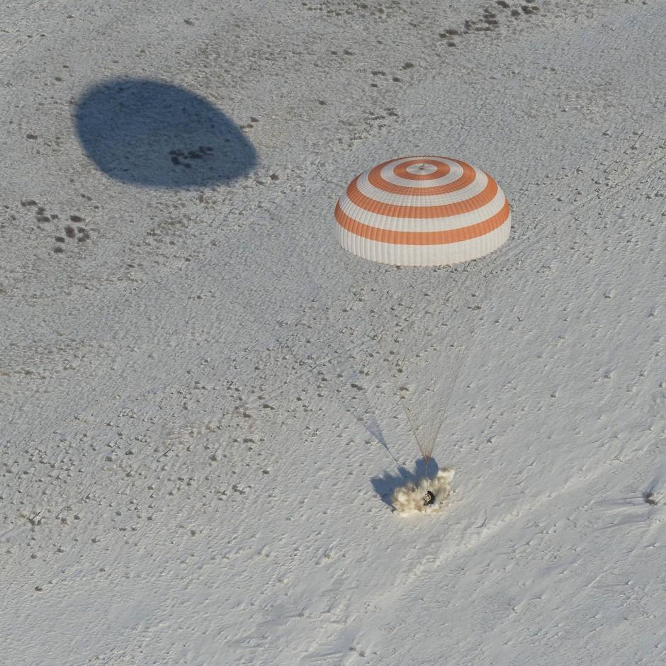 Die Sojus-Kapsel landet in der winterlichen kasachischen Steppe.