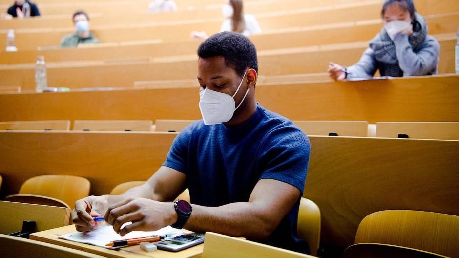 Student schreibt Klausur mit Maske