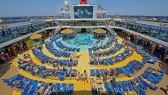Wenn es voll wird an Deck, kann der Platz auf den Liegen schnell eng werden: Blick auf das Kreuzfahrtschiff Carnival Breeze