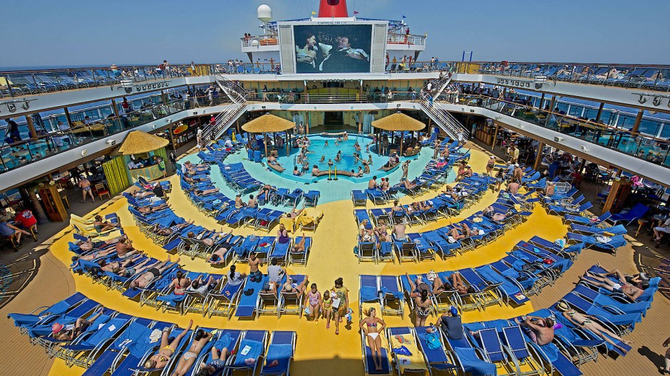 Blick auf das Kreuzfahrtschiff Carnival Breeze