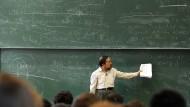 Für Geisteswissenschaftler ohne Bedeutung? Der Mathematik-Professor Don Zagier demonstriert die Magie der Zahlen während einer Vorlesung in Bremen.