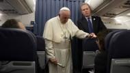 Seite an Seite beim Aushebeln unliebsamer Fragen: Der Jesuiten-Papst und sein Sprecher vom Opus Dei, Gregory Burke, bei einer fliegenden Pressekonferenz.