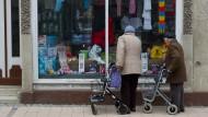 Wenn Senioren vor einem Schaufenster Halt machen, muss das nicht an der schönen Auslage liegen.
