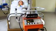 Nach einem Unfall ist ein Beatmungsgerät oft die einzige Möglichkeit zu überleben. Beatmungspatienten kommen aber nur schwer von der Maschine los.
