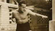 Der Meister in Aktion: Moshé Feldkrais als junger Mann. Der gelernte Physiker erwarb unter anderem einen schwarzen Gürtel im Judo.