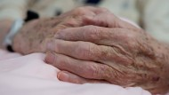 Die Zahl der von Parkinson Betroffenen nimmt zu. Denn viele werden inzwischen alt genug, um den Ausbruch der Krankheit noch zu erleben.