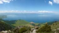 Der Schatz im Ohridsee, hier von den Galičica-Bergen aus betrachtet, das sind seine Wasserlebewesen. Sie gedeihen, obwohl – oder gerade weil es an Nährstoffen mangelt.