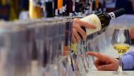 Welcher Wein darf es denn sein? Je höher das Einkommen, desto häufiger wird der teure und trockene Wein präferriert.