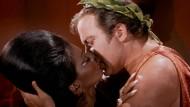 """Auch gesellschaftlich eroberte """"Star Trek"""" neue Welten, etwa mit diesem Kuss zwischen Nichelle Nichols und William Shatner in der dritten Staffel der Originalserie. Uhura und Captain Kirk standen dabei zwar telekinetisch unter dem Einfluss eines Bösewichts, trotzdem war es der erste amerikanische Fernsehkuss zwischen einem Hell- und einer Dunkelhäutigen."""