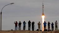 Die russische Sojus-Rakete vom Typ TMA-18M hebt am Mittwochmorgen in Baikonour ab.