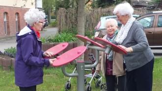Gemeinsam werden die neuen Outdoor Fitnessgeräte direkt ausprobiert.