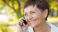 Neben dem Austausch mit der Familie können Smartphones dank vieler nützlicher Funktionen den Alltag erleichtern.