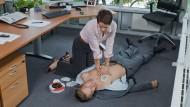 Das Entscheidendste bei einem plötzlichen Atemstillstand? Die Herzdruckmassage!
