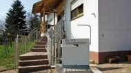 Barrierefreier Zugang zum Hochparterre eines Einfamilienhauses durch einen Plattform-Schrägaufzug mit kurviger Fahrbahn