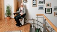 Mit Hilfe eines Treppenlifts bleibt die Mobilität in den eigenen Wänden erhalten.
