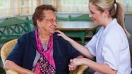 Die Pflege in der vertrauten Umgebung ist der Wunsch vieler älterer Menschen.