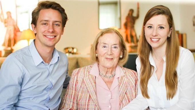Die Careship-Gründer Antonia und Nikolaus Albert mit ihrer Großmutter.