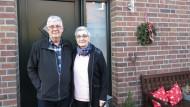 Planen vorausschauend: Klaus und Lenchen Schmitt vor ihrem Haus in Oldenburg.