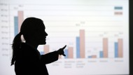 Bild mit Seltenheitswert: eine Frau gibt in der deutschen Wirtschaft die Richtung vor