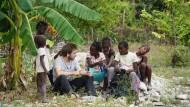 Entwicklungshelfer neben dem Ingenieurstudium: Lukas Kleine (3 v.l.) versucht Einheimische bei der Trinkwasserversorgung in Haiti einzubinden.