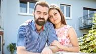 Willkommen: Ellen und Hisham aus Syrien am Gartentor ihrer Wohnung in Marburg.