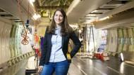 Praktikum bei Lufthansa Technik: Lena Schupp kümmert sich um die Erneuerung der Flugzeugausstattung.