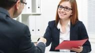 Hochschulabsolventen sind am Arbeitsmarkt begehrt.