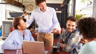 Die Arbeit im Familienunternehmen überzeugt oft durch einen hohen Zusammenhalt unter den Kollegen – und auch ein Mittagessen mit dem Chef ist mal drin.