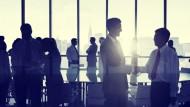 Berufseinstieg beim Großkonzern oder im Mittelstand? Die Entscheidung hängt vor allem von den eigenen Zielen ab.