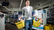 Gestatten: Maximilian Maurer, Supermarkt-Gründer. Inzwischen betreibt der 25-Jährige zwei Filialen, eine dritte soll dazukommen. Seine Eltern, ein Freund und ein Unidozent halfen bei der Gründung.
