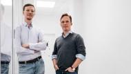 Matthias Bay und Lukas Naab in ihren Büroräumen: Die beiden Gründer von Minds Medical arbeiten an einer Software, die Ärzten das Führen von Patientenakten erleichtern soll.