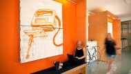 Attraktiv bleiben: mit kreativ gestalteten Firmenräumen anstelle von fest installierten Schreibtischen und die aktive Einbeziehung von Künstlern und Kunstthemen in den Arbeitsprozess wirbt das Consultingunternehmen Diffferent um Young Professionals.
