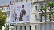Cannes, 2012. Jean-Paul Gaultier wirbt für Coca-Cola: Als Mitarbeiter im Marketing entwickelt man die entsprechenden Werbekampagnen mit und lernt dabei auch schon mal einen Star persönlich kennen.