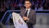 """Günther Jauch hinter der F.A.Z. im Studio von """"Wer wird Millionär"""""""