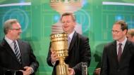 DFB-Pokal in Berlin übergeben