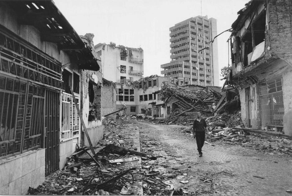 Juni 1999: Eine Wohn- und Geschäftsstraße in Prishtina wurde während der Kampfhandlungen zerstört.