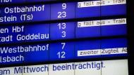 Zugausfälle kündigen sich auf einer  Anzeigetafel auf dem Frankfurter Hauptbahnhof an.