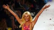 Paris Hilton im Hawaii-Röckchen von Heatherette