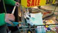 Bekommt dank diesem grünen Formular die Mehrwertsteuer zurück: Ein Schweizer im Einkaufszentrum Rhein Center in Weil am Rhein.