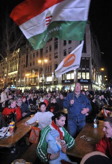 Feierten sich schon vor Bekanntgabe der ersten Prognosen: Anhänger des rechtskonservativen Bundes Junger Demokraten (Fidesz) in Budapest