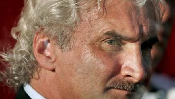 Rudi Völler allein in Leverkusen