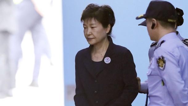 Ex-Präsidentin muss nun Handschellen tragen