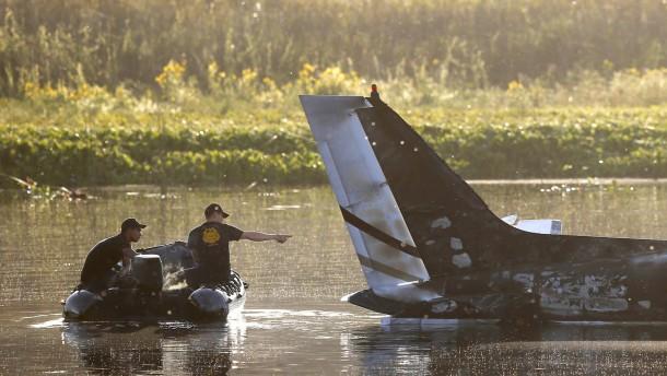 Zehn Tote bei Flugzeugabsturz in Lagune