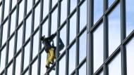 """""""Französischer Spiderman"""" erklimmt Hochhaus"""