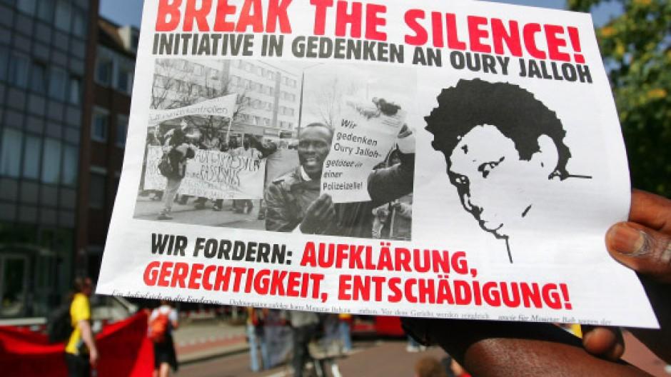Demonstranten wenden sich im September 2006 gegen die schleppende Aufklärung des Todesfalls