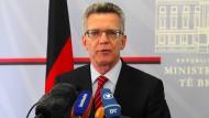 De Maizière verteidigt Flüchtlingspolitik im Bundestag