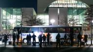 Bus mit Flüchtlingen erreicht Kanzleramt