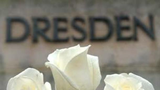 Weiße Rosen gegen Mißbrauch des Gedenkens durch Neonazis